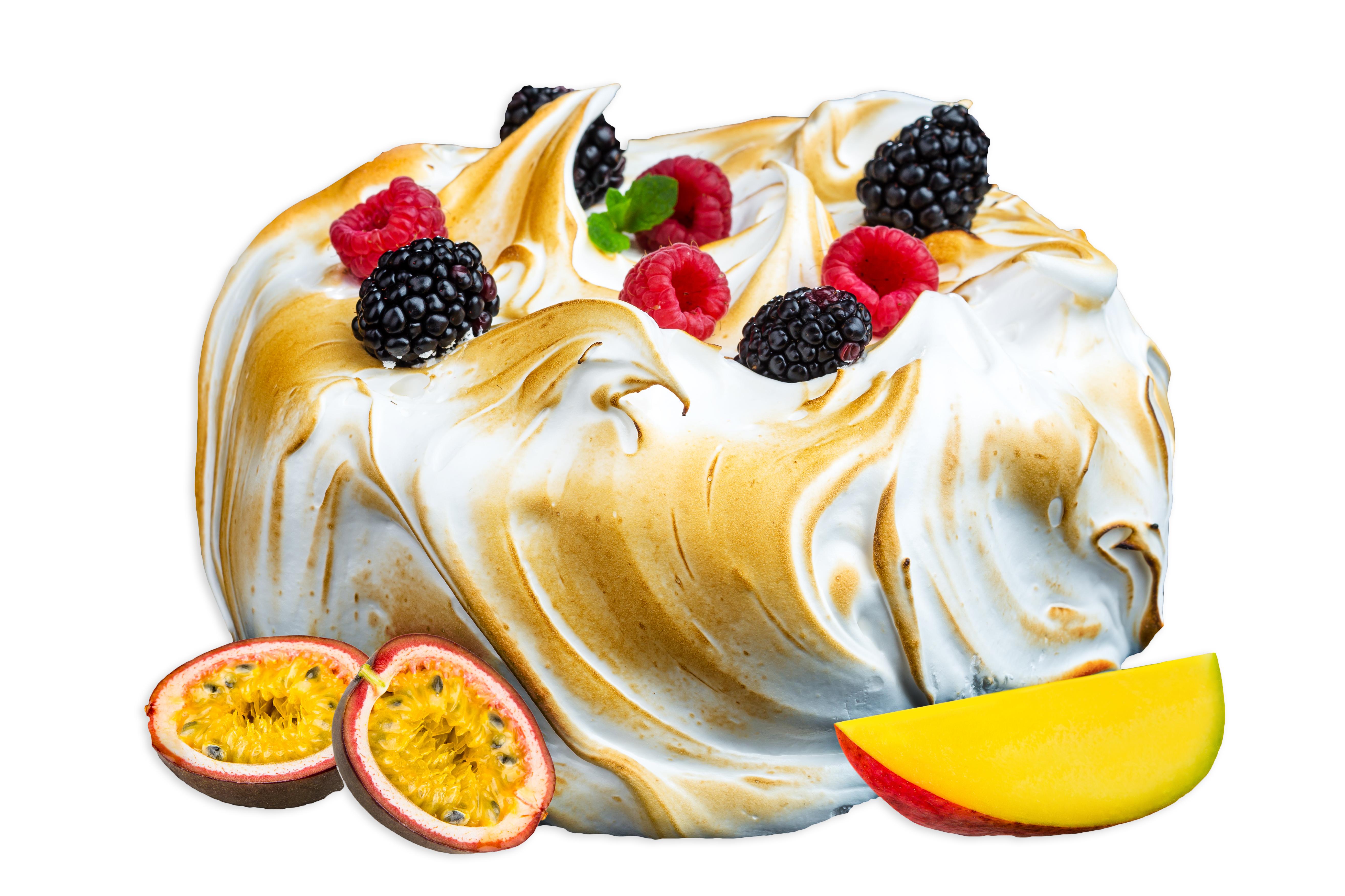 Торт манго-маракуйя с меренгой и ягодами целый